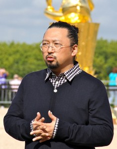 704px-Takashi_Murakami_at_Versailles_Sept._2010_(crop)