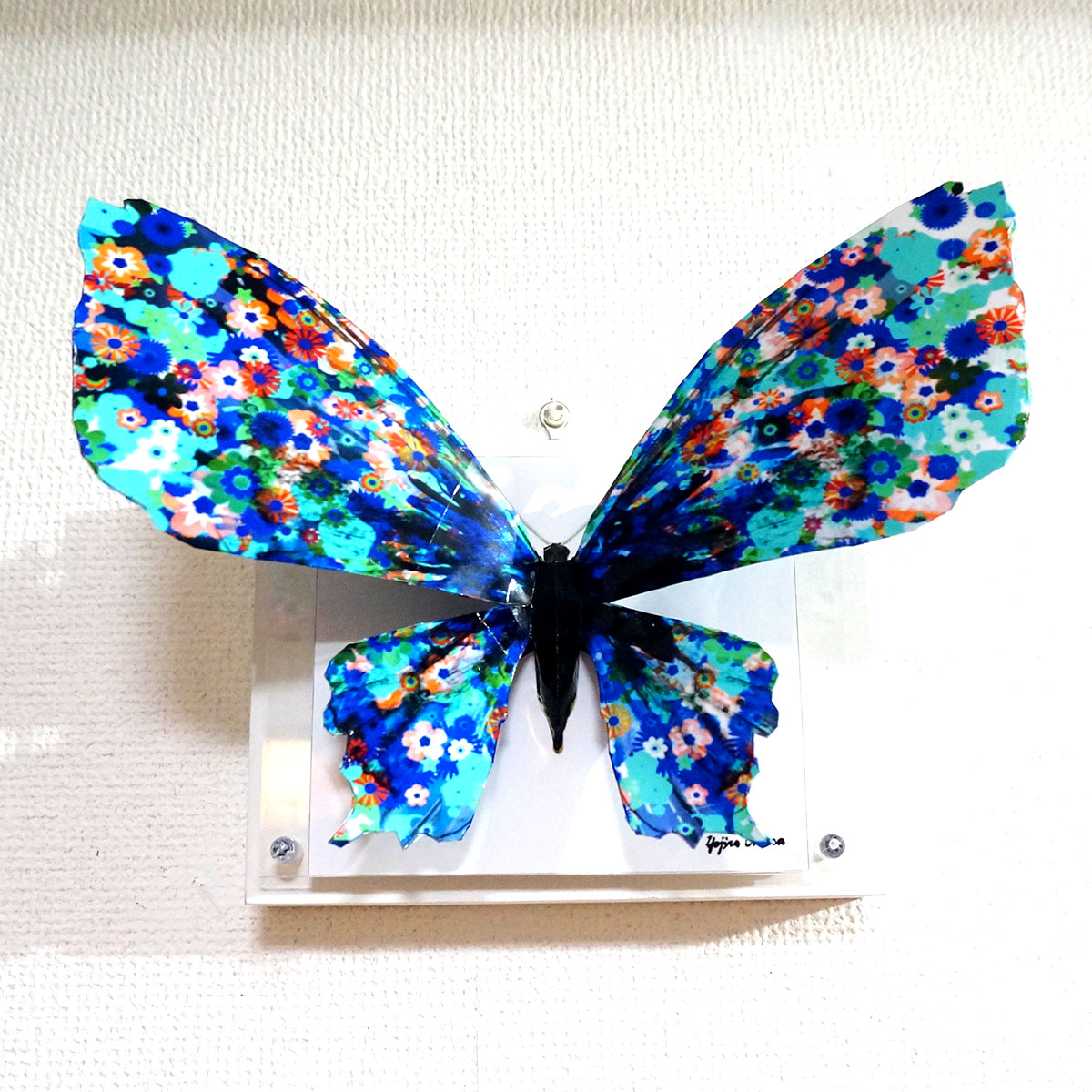 「ブルーフラワーの蝶は羽を広げる」